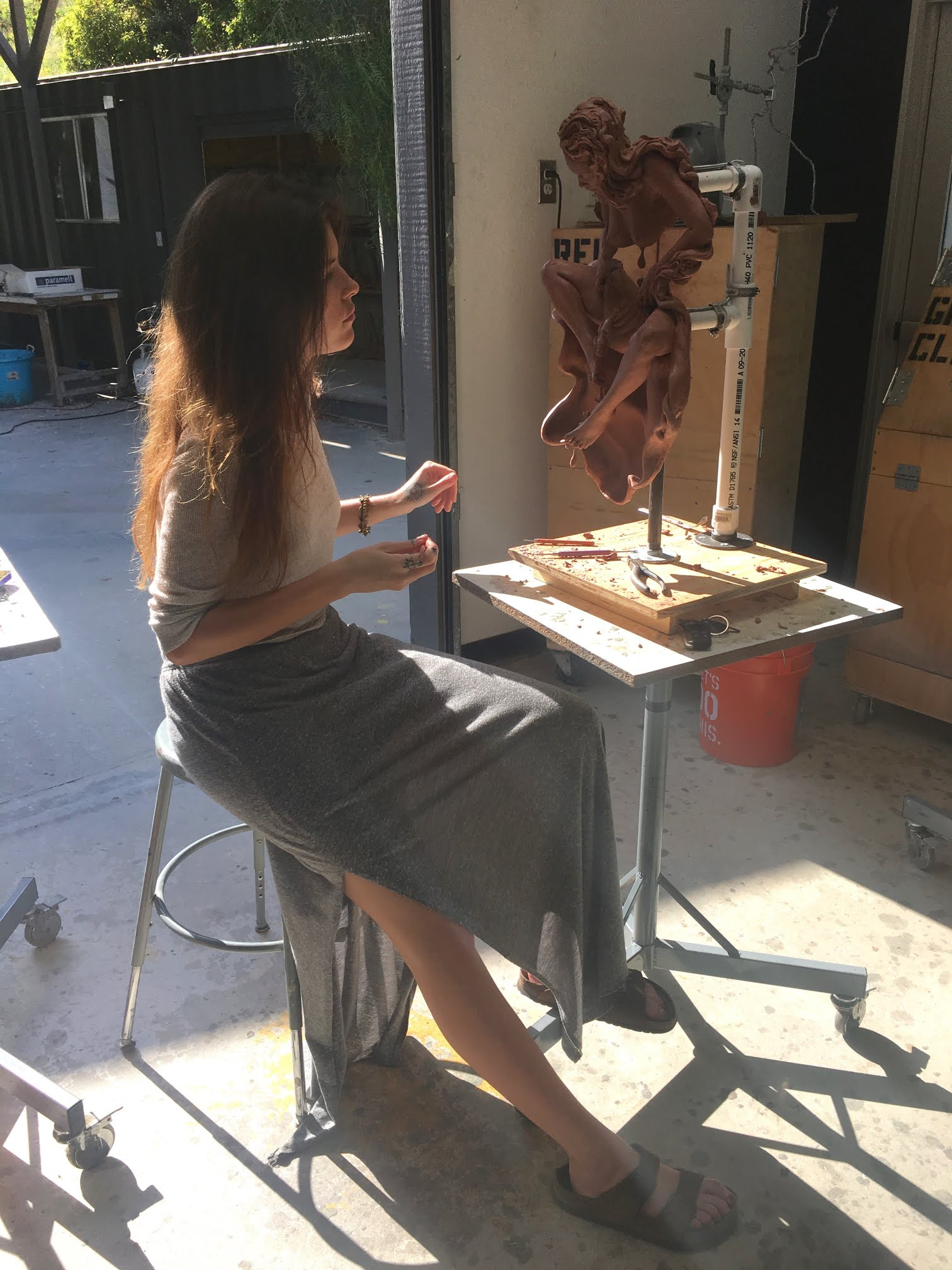 Photo of artist Suzanne Head sculpting